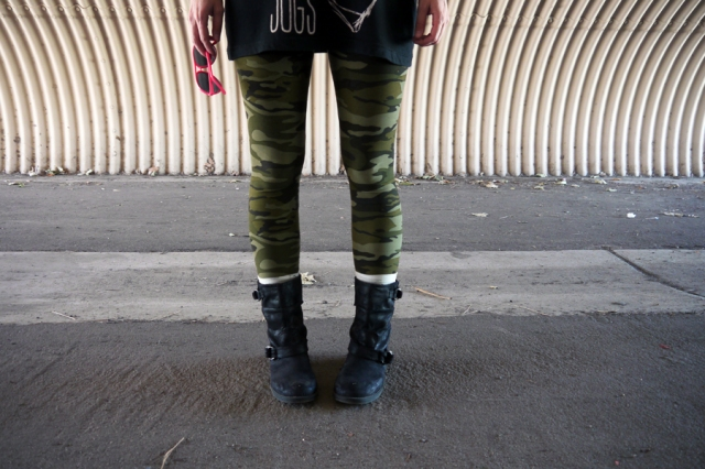 Thrift-Style-Thursday-Grunge-camo-leggings-black-tank-boots-neon-pink_02