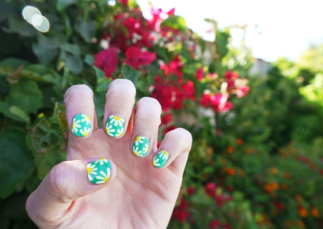 #notd_daisy_nail_art_green_white