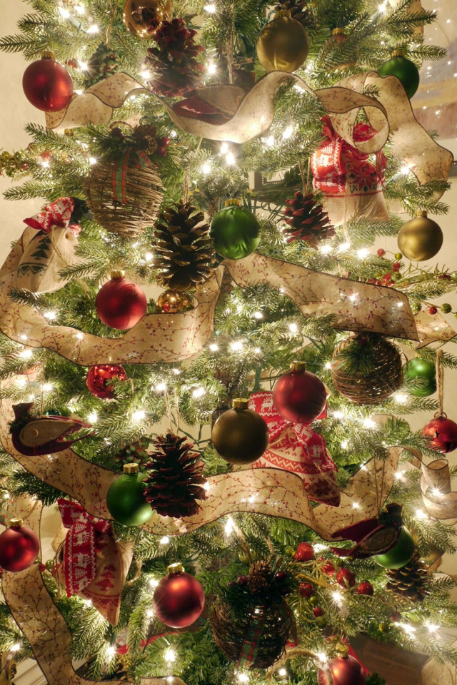 #DIY-pinecone-ornaments-tree-detail