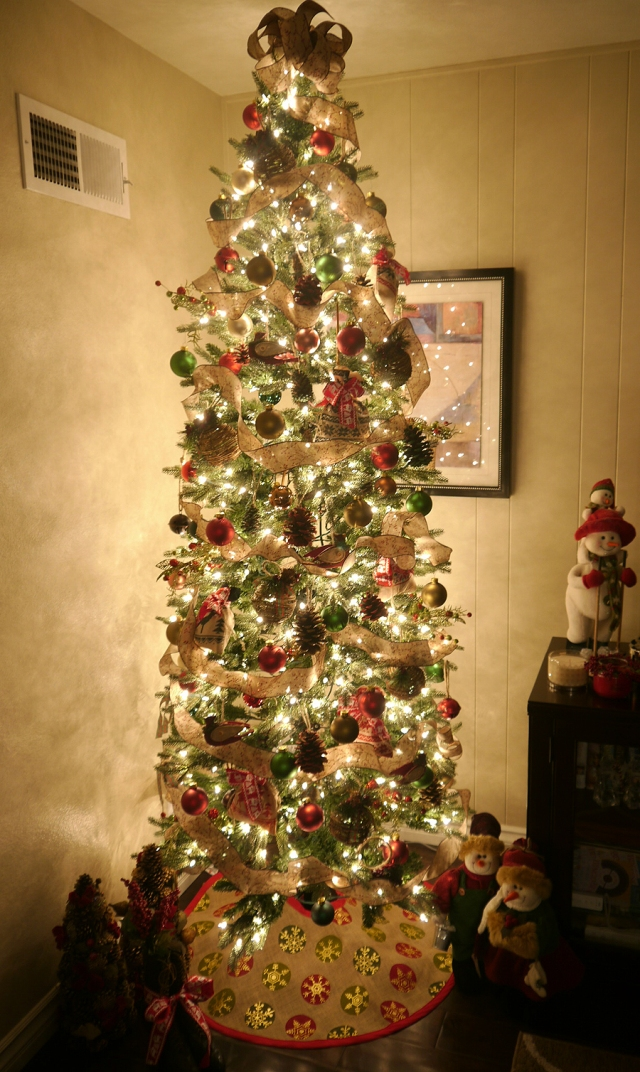#DIY-pinecone-ornaments-tree