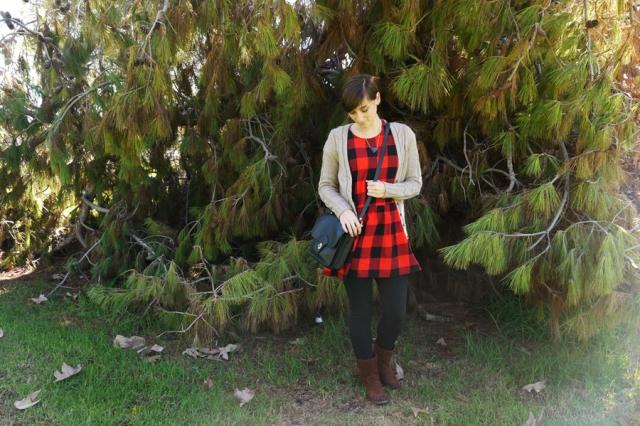 #ootd-red-black-plaid-dress-black-leggings-brown-boots-vintage-purse-02