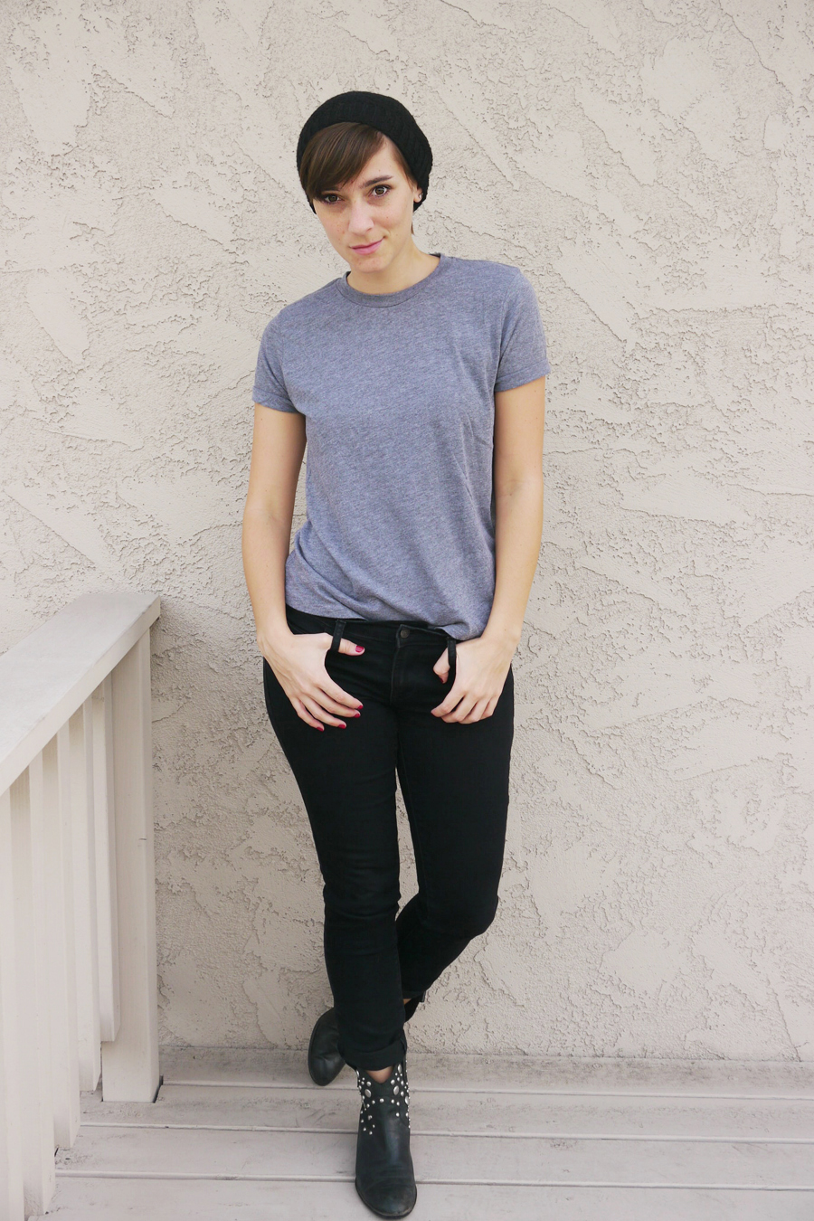 Black beanie black jeans black boots gray shirt for Shirts that go with black jeans