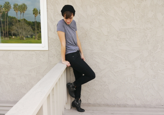 thrift-style-gray-shirt-black-jeans-boots-beanie-03